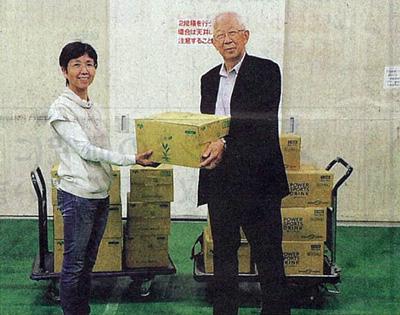 フードバンクはりまの辻本美波理事長(左)にペットボトル飲料を寄贈するキンキサインの山口義弘会長